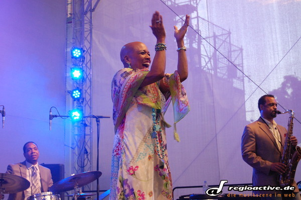 lady sings the blues...and more - Bericht und Fotos: Dee Dee Bridgewater bei Jazz & Joy in Worms